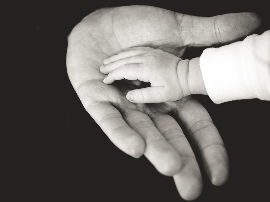 Bebek ve anne eli